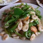 青椒炒白虾,这一盘24元,盐水煮白虾量比这个多,价格要翻一倍。