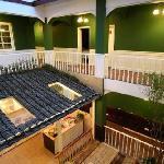 一片的绿色还是舒服,楼下的开放式厨房很不错!