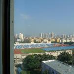 酒店窗外望去是一个大操场~