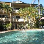 旅店的大游泳池非常干净