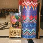 大堂的廊柱和绣珠仿佛把壮乡画卷的一角扯下来放到了北京
