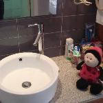 一进房间是个洗手池,和淋浴是分开的
