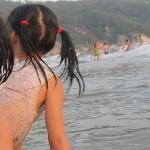 在海边看到的快乐儿童,海边的美丽童年记忆