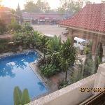 从房间窗户看酒店游泳池