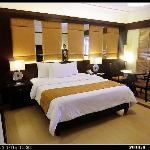 房间很大,床也很大