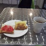 酒店免费早餐~左边草莓右边Kaya超赞!
