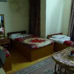 房间内部。床单和毛毯看起来都不干净,墙壁上都是霉印