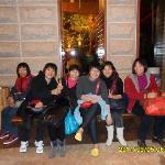 和同事们在围龙酒店大堂休息。
