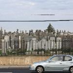 马路对面的公墓