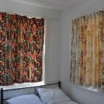两面墙都有大窗户的大床房