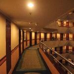 酒店通透的走廊和黄色的灯光