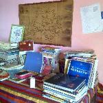 桌子上很多很多的游行书籍