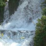 这是其中一个小的瀑布
