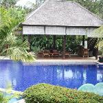 酒店的游泳池,走几步出去就是大海