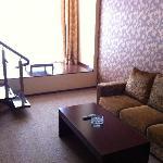 一楼的厅,有沙发和电视和一个洗手间