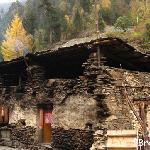 山脚一处让我们看了很是惊讶的房子,既然还住的有人