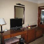 陈旧的写字台,电视也很小