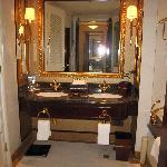 卫生间很大,又看到了双盆设计