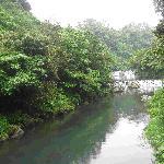 河中的小瀑布