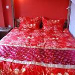 三楼蜜月大床房300元雕花大床