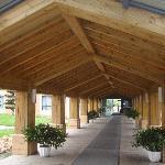 连接两栋楼的木屋顶走廊