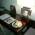 桌上的果盘和杂志