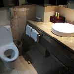 卫生间的坐便器与洗漱台
