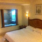 卧室和卫生间是木窗隔离