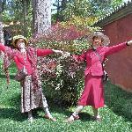 我的两位堂妹在昆明华亭禅寺内