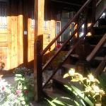 质朴盘旋的木楼梯