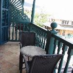 一个小缺点,阳台和隔壁基本是连通的