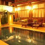 酒店前面的泳池