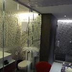 透明浴室和厕所