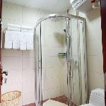 洁净明亮的洗浴间