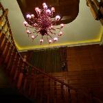 西班牙木板楼梯和昂贵的吊灯
