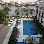 酒店外面的泳池和湄南河