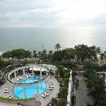 酒店很大,房间里就能看海景