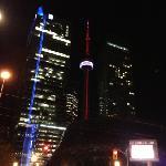夜景。右边是丽思卡尔顿酒店,中间是近在咫尺的CN塔