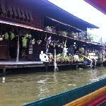 湄南河旁边的人家