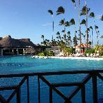 酒店里的游泳池和沙滩椅,旁边是自助餐厅~