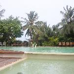 酒吧旁的泳池
