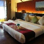 这是豪华间,边上的小床是加床,睡着也挺舒服的