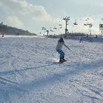 就是过年 人也不多 场地宽大 雪多无冰 设备也很新 滑起来轻松愉快 开心哦!