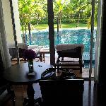 这是我们住的套房,推开阳台门,就能直接进入泳池