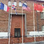 酒店斜对面,是1945年5月7日德军向盟军投降签字的所在地
