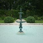 花园中央的喷泉