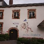 墙面上的拿破仑与酒店名称