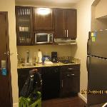 客房带厨房,餐具齐全,有洗碗机
