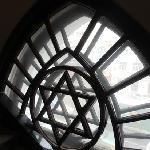 艺术馆内的窗户,为犹太教的标志