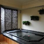 房间里的温泉泡池